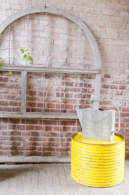 """Table basse """"bidon"""" Table basse créée avec un ancien bidon en fer. Nous avons gardé son ancienne couleur jaune et se traces de rouilles fixées. Il peut se déplacer facilement avec ses trois petites roulettes fixées sur son plancher."""