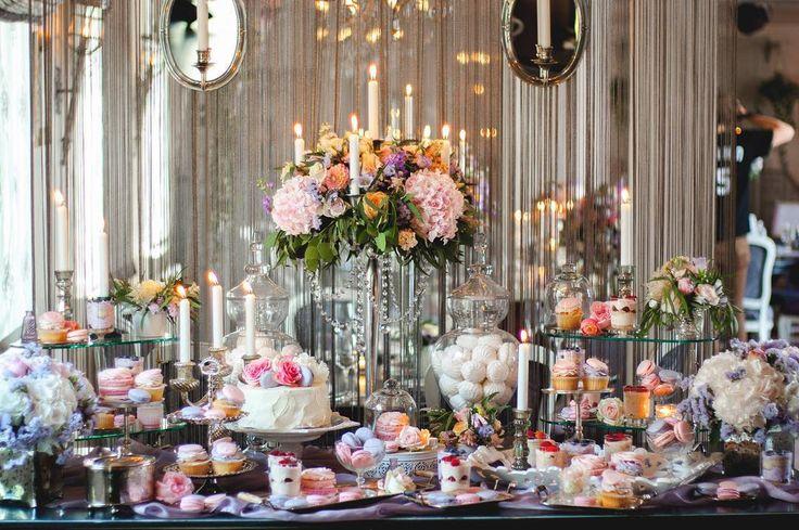 Доброго новогоднего дня🎉2️⃣0️⃣1️⃣6️⃣ Давайте начнём этот год с сладкого ?) В современной свадьбе сладкий  стол давно перестал быть лишь горкой сладостей- это важный элемент оформления. Изысканность и элегантность оформления сладкого свадебного стола – неотъемлемая черта всего приготовления к свадьбе.  Кроме сладостей, зону можно украсить дополнительными элементами: стильными флористическими композициями, красивой посудой, свечами, изящными  подносами и этажерками, струящимся шелком или…