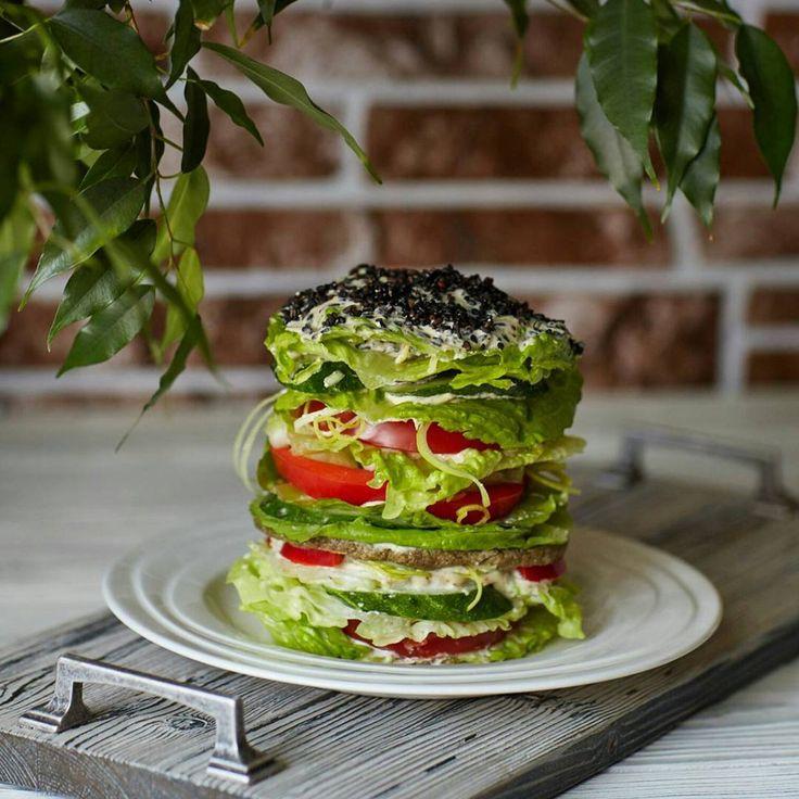 """▶ #сыроедныйгамбургер:   салат романо, помидор, сладкий перец, лук порей, сельдерей, огурец, сыроедная """"котлетка"""", """"майонез"""" из кешью,  пророщенные семена чёрного кунжута   #сыроедение #веган #вегетарианство #веганство #rawlara #raw #veg #vegan #vegetarian"""