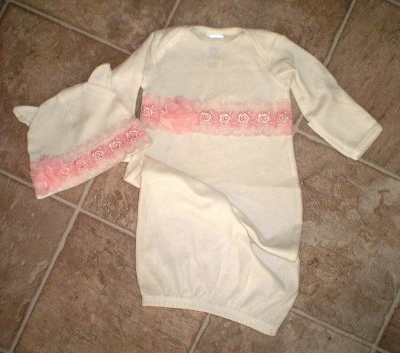 Deze prachtige witte nemen me thuis jurk en cap set is verfraaid met mooie roze gebloemde trim. Geaccentueerd met prachtige blush roze bloemen. Het overeenkomende GLB voltooit de outfit, deze prachtige jurk is liefdevol met de hand gemaakt voor uw speciale prinsesje.  Gemaakt van zachte katoenen jurk is gemaakt door Rabbit Skins een zeer hoge kwaliteit. Dit zou een perfecte outfit voor de eerste fotos van baby, doop of gewoon om te pronken met je nieuwe aanwinst.  De jurk wordt geleverd in…