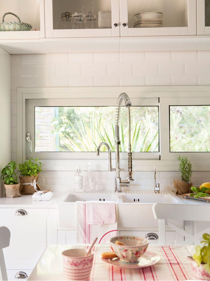 Las Cositas de Beach & eau --- armários sobre a janela da cozinho --- vasos embrulhados em serapilheira