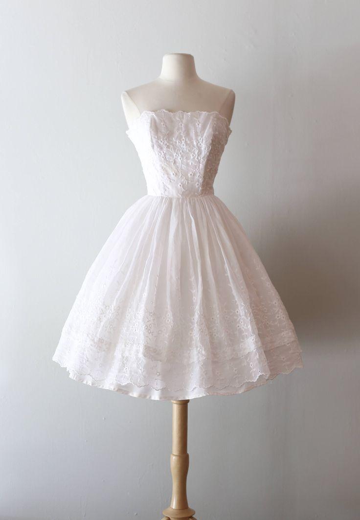 Darling 1950s strapless partij jurk in wit katoenen geborduurde oogje weefsel. Deze schoonheid beschikt over een uitgebeend bodice, een volledige verzamelde rok en een volledige pluizig laag van tulle onder. Volledig gevoerd in een synthetische taffeta met haar originele metalen rits op de rug. Er zijn spleet onder de buste en in de buurt van de zoom waar een lint worden door middel van u geweven kon zou willen toevoegen van een vleugje kleur. Perfect om te dragen als een bruiloft of…
