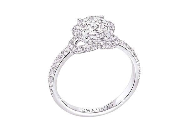 Platine et diamantsBague en platine serti de diamants. Modèle J3LQ00, Chaumet, prix sur demande.