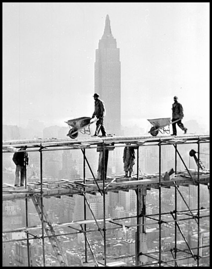 Sede de las Naciones Unidas en construcción. Al fondo destaca la inconfundible silueta del Empire State.  6 de diciembre de 1949.
