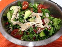 Salada com rúcula, bife de peru desfiado, tomate cherry, abacate, pepino, sementes goji, sementes girassol, sementes de abóbora (temperada com limão)
