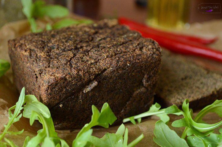 """Bezzbożowy (a więc bezglutenowy) chleb z samych """"superfoods"""". Paleo chleb konopny z cukinią czyli konopie, kokos i cukinia w jednym bochenku"""