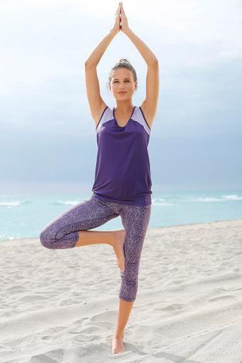 Wer es auch beim Sport-Look farblich etwas gediegener mag, setzt auf diese Kombi aus Yoga-Shirt und –Leggings von Ocean Sportswear in dunklem Lila. Tolle Kontraste setzen weitere Styles wie Bra und Handtuch in dezenten Grautönen.