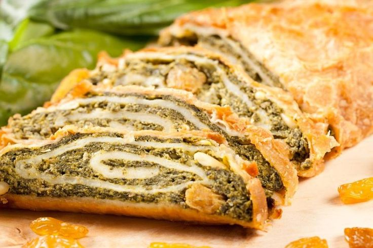 Штрудель: секреты и рецепты: [b]Штрудель из слоеного теста с мясной начинкой[/b]  В мясную начинку можно добавить не только обжаренные овощи, но и грибы,