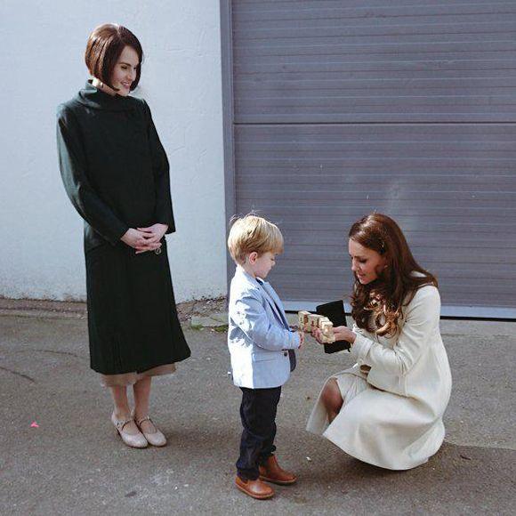 La Duchesse de Cambridge Kate Middleton en visite VIP sur le plateau de Downton Abbey | HollywoodPQ.com
