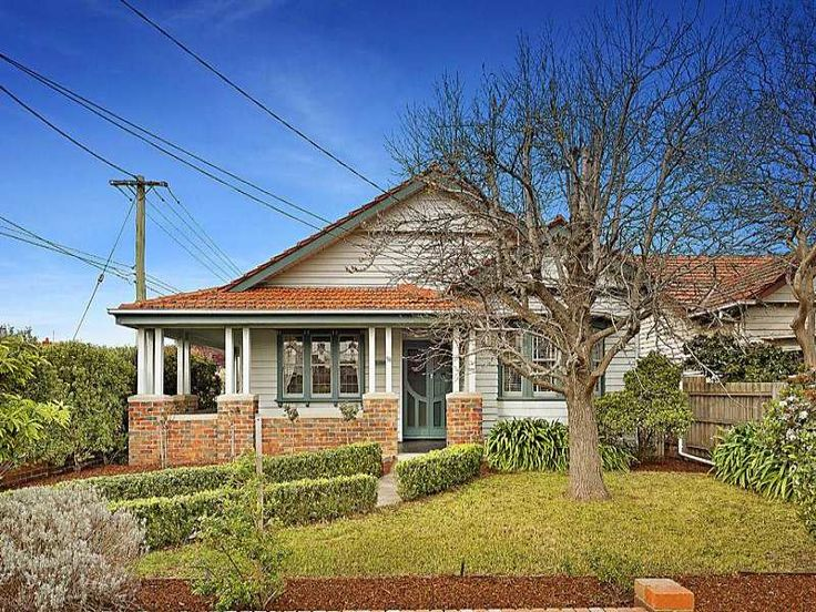 Weatherboard californian bungalow house exterior with porch hedging - House Facade photo 527025