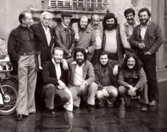 """Photo """"historique"""" prise au festival de Lucca. Breccia (barbu) se tient entre Mordillo et Sampayo. On reconnaît également Oski, Quino, Sergio Aragonès et Altan (debout) ainsi que Schiaffino, Enrique Breccia et Jose Muñoz (accroupis)... (photo X, s.d.)"""