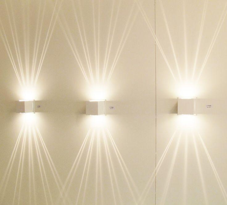 Iluminação de arandelas decorativas traçando raios de luz em parede, dando um ótimo efeito de iluminação