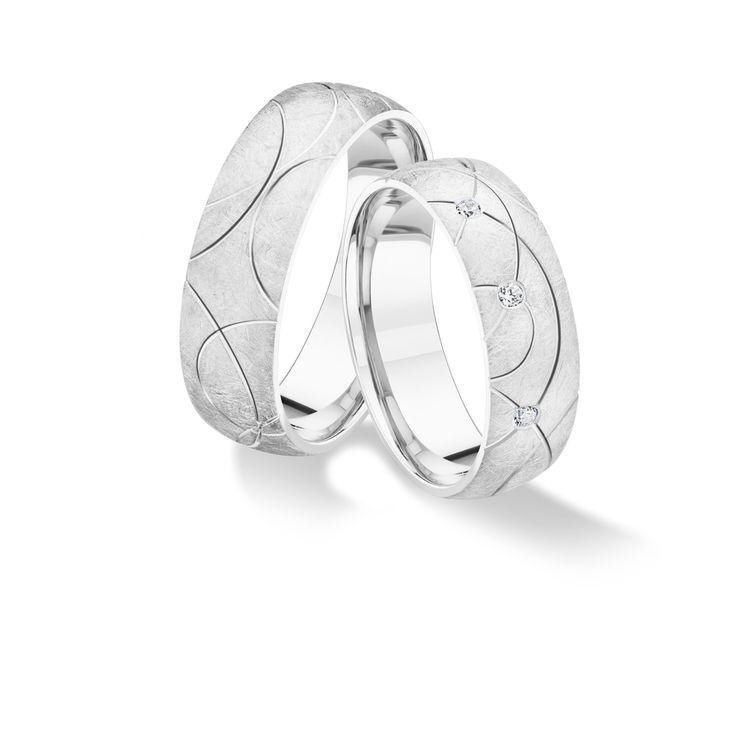 Az Ecliss karikagyűrű fénylő motívumainak találkozása a két embert összekötő szerelem és lelkük érintkezésének szimfóniája. A folytonos egymáshoz való visszatalálást szimbolizálja ez a gyűrűpár. A Viverté karikagyűrűket, mint ezeket is, forrasztásmentes technológiával készítjük, hogy a kör megszakítatlan legyen. Nincs se eleje se vége, a folytonosság jelképe. 6 mm széles, 14 karátos fehéraranyból Comfort Fit kialakítással készül, amelynek köszönhetően kényelmesen viselhetitek szerelmetek…
