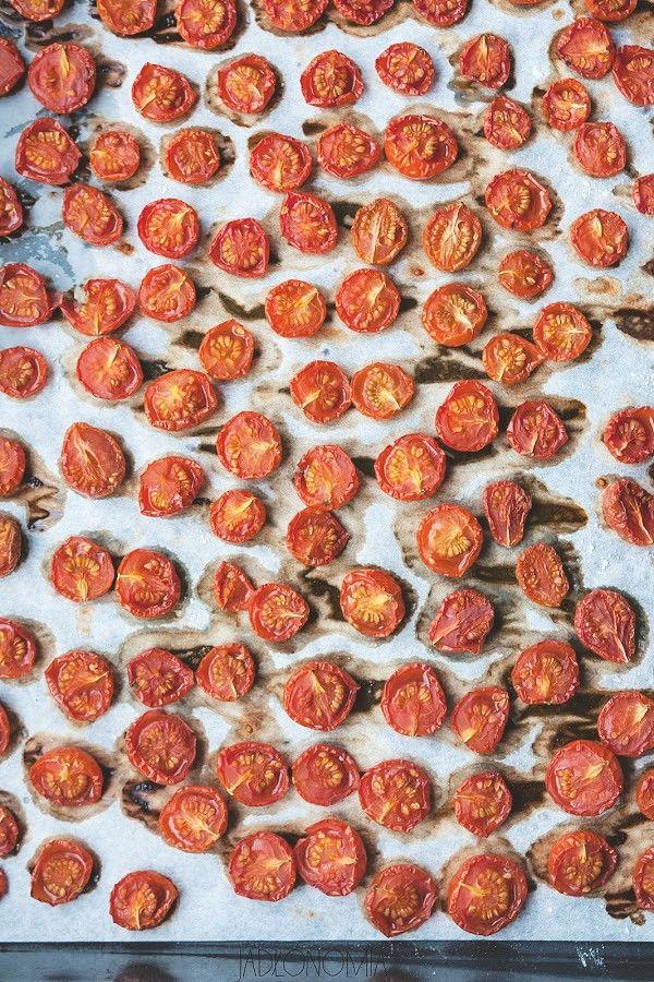 Wyobraźcie sobie taką scenę - za oknem trwa piąty miesiąc zimy, od tygodni nie jedliście żadnych świeżych warzyw i zapomnieliście jak smakują pomidory. Wtedy na przekór zimie wyciągacie słoik pełen słodko - słonych, domowych, suszony[...]