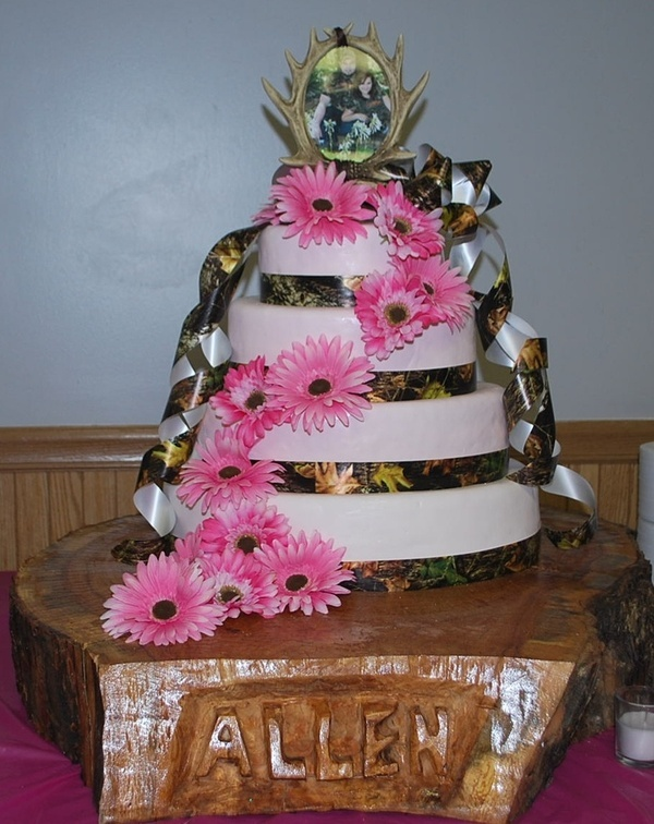 camo and pink wedding cakes - sweettpies