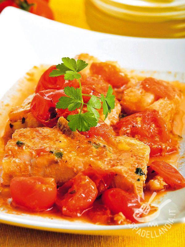 Fillets of cod with tomatoes - I Filetti di merluzzo con pomodorini sono un secondo ideale, da preparare in poco tempo e di una semplicità disarmante. E poi sono squisiti! #merluzzoconpomodorini