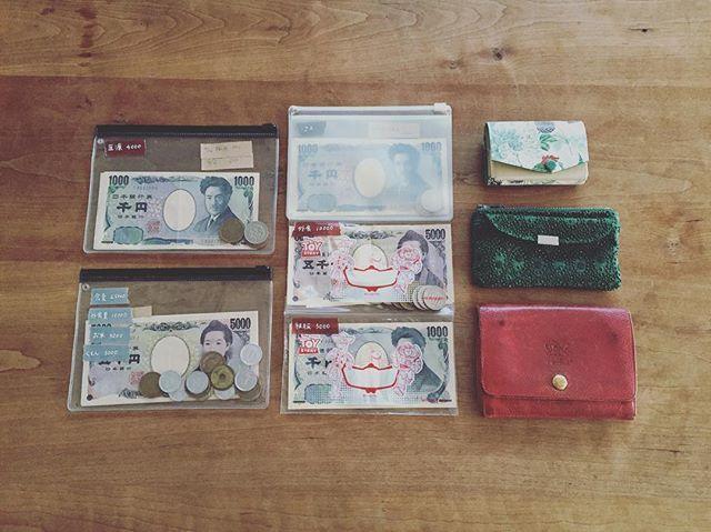 by maimai034 - 2016.8.9 予算分けした金額でやりくりしています。いつもは、食費、暮らし費、娯楽費の3つにザックリ分けていますが、今月はigで仲良くしてもらっているミホちゃんを参考にさせてもらい、ちょっと細かく仕分けてみました。 . 食費 25000円(5000円×5週) 外食費 10000円 お米費 3000円 日用品 5000円 医療費 4000円 被服費 3000円 . 率直な感想、かなりいいです!特に、食費と外食費を分けたのはメリハリがついてやりやすいです。スーパーに行く回数も控えています。いつも外食費が娯楽費に食い込んでいましたが、今のところ順調♪ . 今月は日用品の出費がかさんで、既に使い切ってしまいましたが、被服費や医療費は余りそうなので、足りない分はそこから回します。 . 今までと同じように、ある中でやる。このスタイルは変えずに、次のお給料日まで銀行には行きません。お金を下ろすのは月1だけです! . #シンプルライフ #断捨離 #ミニマリスト #持たない暮らし #予算分け #家計 #やりくり #節約