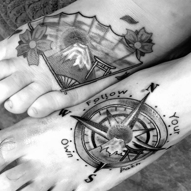 【maxoki86】さんのInstagramをピンしています。 《The couple that tattoos together... lol (11 January 2017) #tattoos #matchingtattoos #mtfuji🗻 #mtfuji #compass #toriigates #torii #followyourownpath #traditionalfan #fan #cherryblossoms #Japan #couplestattoos #weclimbedmtfuji》