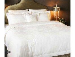 Lenjerie pat din Bumbac Satinat, cu tesatura Jaquard- 2 persoane  Lenjerii de pat sofisticate ca si tesatura, croiala, materiale, impodobite cu Broderie, Dantela.   Tesatura Satin cu densitate 310 TC si fir Ne 60/1. Ambalat in cutie luxoasa, de culoare neagra, cu finisaj mat.