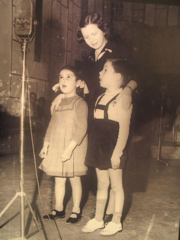 Έτσι ακριβώς ξεκινούσε η ραδιοφωνική εκπομπή της Θείας Λένας (στο Ραδιοφωνικό Σταθμό Αθηνών πριν πολλά χρόνια