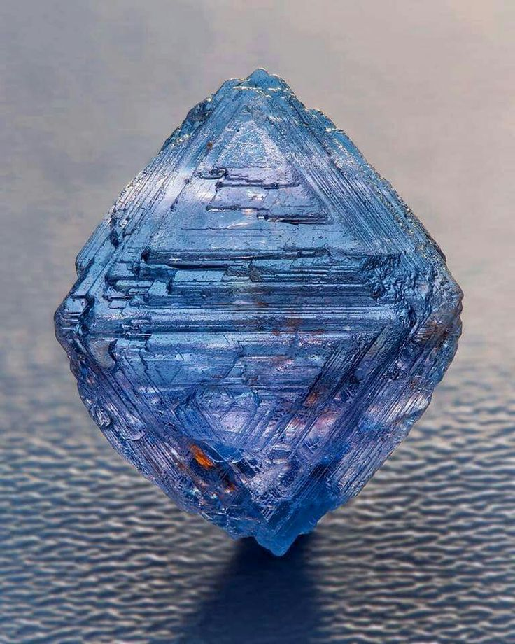 Very specialand rare Blue Octahedron Spinel  with natural growth marks from  Sri Lanka Photo: Ben Decamp Bill Larson Collection from Amazing Geologist