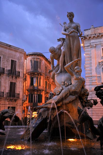 Fontana di Piazza Archimede, Ortygia Island, Syracuse, Sicily, Italy