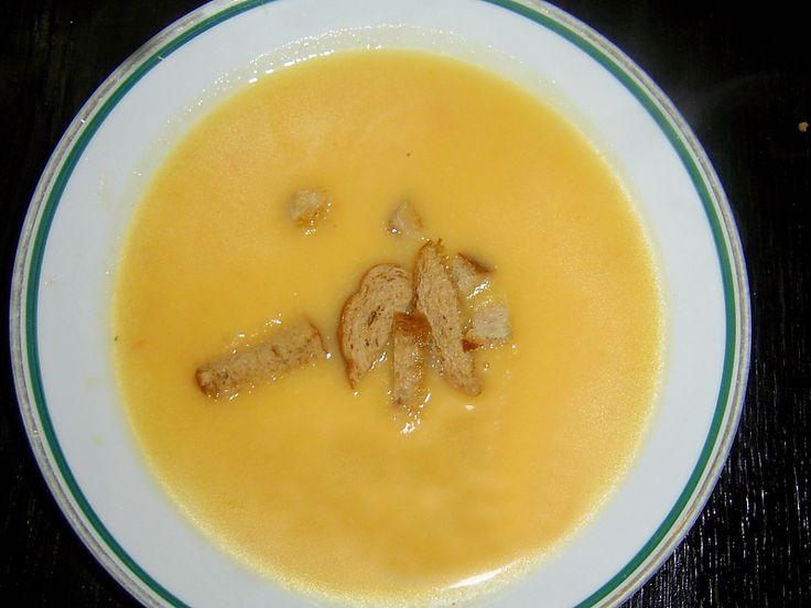 Cuketovou polévku podáváme s krutony.