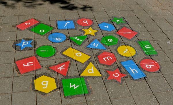 Kleef deze op de speelplaats of in je klas. Een eerste leerjaar kan op die manier op een actieve manier de letters inoefenen.