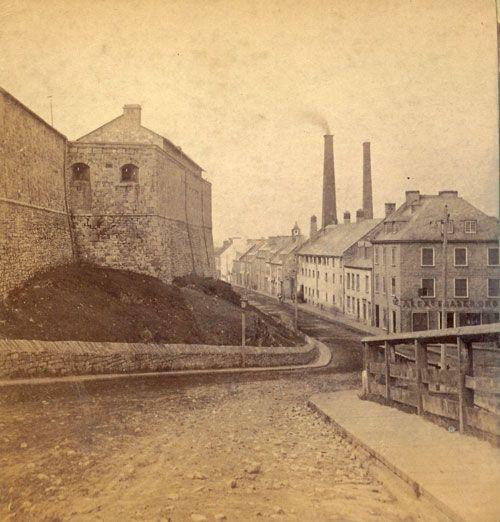Quebec portes fortifications | Vue du haut de la pente qui menait à la porte du Palais. Du côté ...