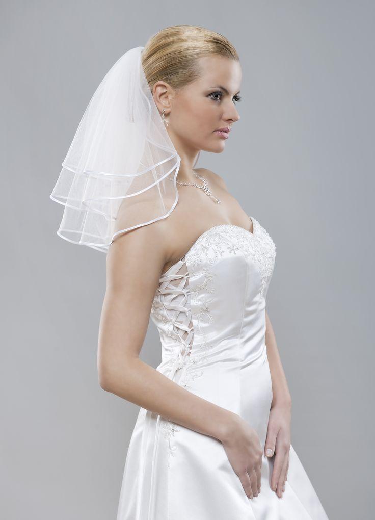 Bohatý krátky štýlový svadobný závoj z kolekcie Glamour nádherne dodá objem Vašej korune krásy. Vhodný k vypnutým alebo krátkym vlasom.