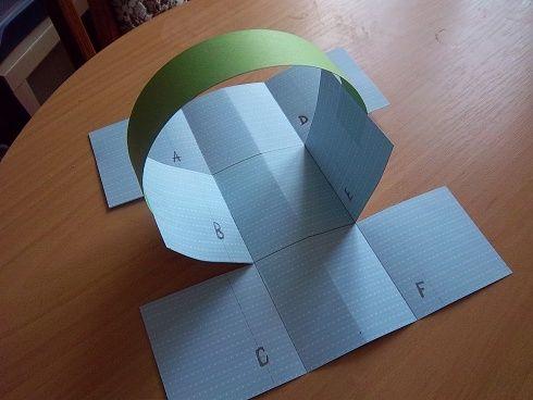 Velikonoce jsou tu co nevidět, tak zapojte děti a společně vytvořte originální velikonoční košíčky pro koledníky.    Malý koledníček  Já jsem malý koledníček, tetičko, přišel jsem si pro červený vajíčko. Pro vajíčko červený, pro koláč bílý, jsem-li já vám, tetičko, koledníček milý? Papírový velikonoční košík Budete potřebovat -karton tvrdého papíru (ideálně barevný, nebo s obrázky), -zelenou umělou trávu nebo krepový papír, -velikonoční pohlednice, -tužku, -lepidlo…