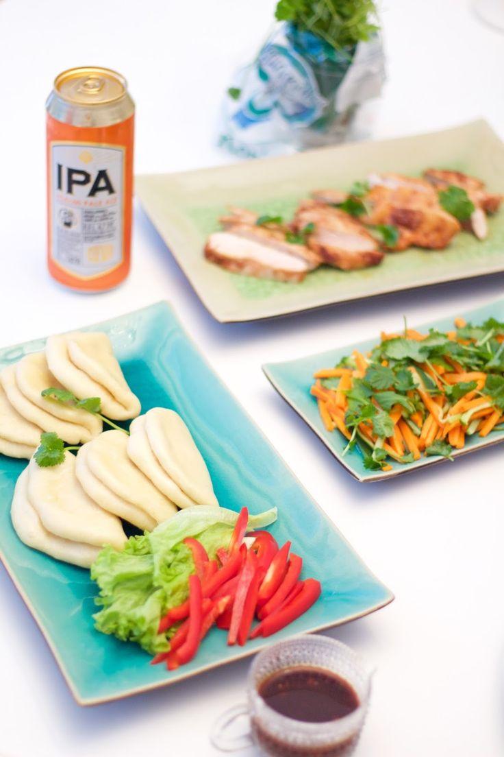 World's best party food; gua bao steam buns and spicy chicken and veggie filling. Maailman herkullisinta ruokaa esimerkiksi uudenvuoden juhliin tai kesäisiin grillibileisiin.