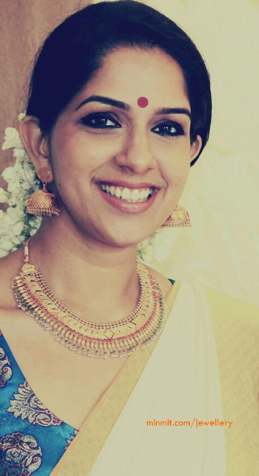 mallu-actress-aparna-nair-gold-necklace-jhumkas