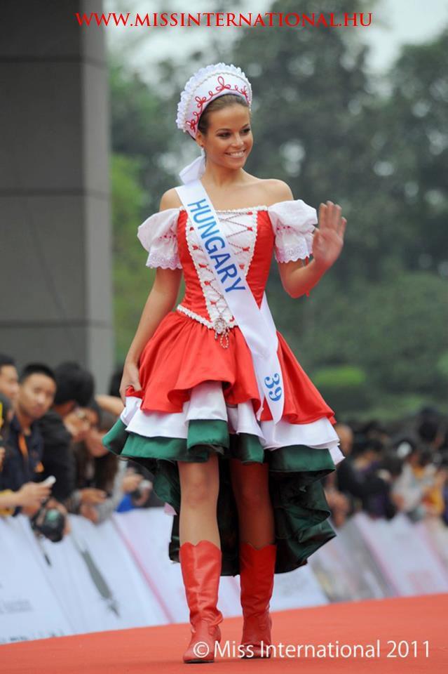 Virágh Nóra a Miss International 2011 döntőjében magyar népviseletben - Nagyon szep!