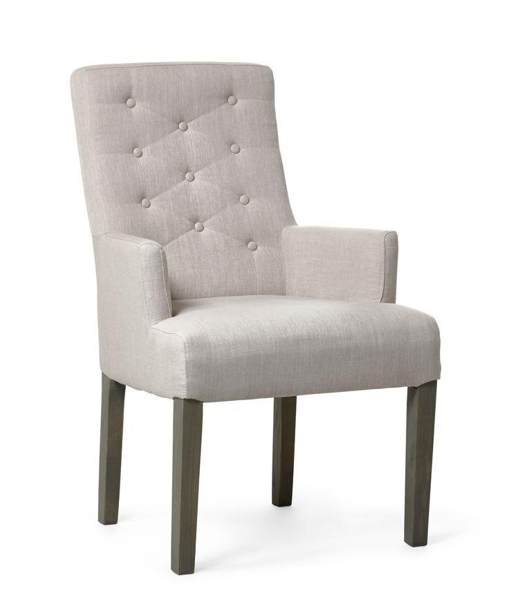 Klassisk klädd karmstol med hög komfort för långa sittningar. Den är både romantisk och elegant med sin klädda sits i linne med knappar i ryggen. Twitter tillhör serien Skagen som är en omfattande serie och ger dig ett stort urval av eleganta möbler i skandinavisk kustnära stil.