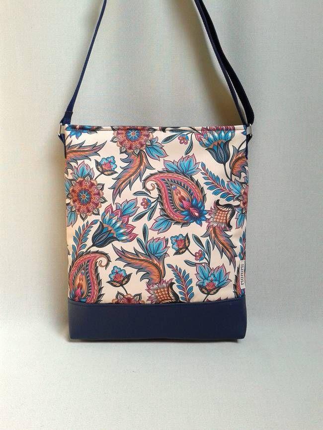 A legszebb nyári virágok nyílnak ezen a táskán! Saját tervezésű és gyártású minta, ilyet máshol nem lehet kapni. Ezért lesz egyedi minden monimis vásárló!!! A táska anyaga tartós, vízlepergető, tisztításkor egyszerűen le lehet törölni, és ugyanúgy mosható, mint minden Monimi termék. Táskamerevítő és vatelin teszi erőssé és jó tartásúvá. #Cross-bag 41 női #táska