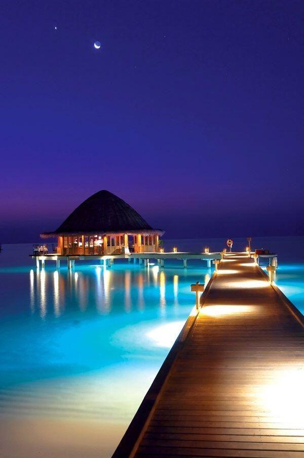 【モルディブ】インド洋にあり、インドとスリランカの南西に位置する島国。島の名前は、サンスクリット語で 「島々の花輪」を意味する言葉が由来になっています。