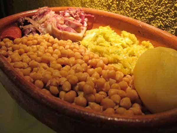 Restaurante especialista en cocido madrileño en la Sierra Norte de Madrid. Comida casera elaborada con ingredientes de primera calidad.