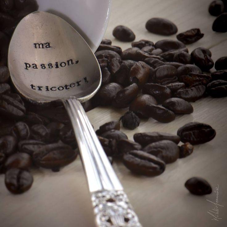 Voici une cuillère recyclée en argent avec une belle inscription personnalisée pour notre livre fait par http://shopjessicandesigns.com/collections/coffee-tea-collection