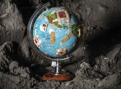 """tarnished united world Installation aus der Serie """"geistig onanieren""""  Globus bearbeitet mit blutigem Verbandsmaterial."""