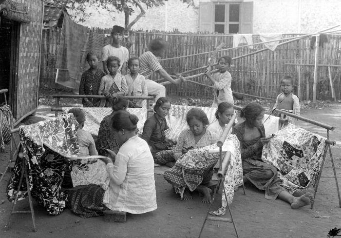 Pengrajin Batik (1910-1940) - Foto Jogja Tempo Doeloe - Photo courtesy of Tropenmuseum of the Royal Tropical Institute (KIT), licensed under the Creative Commons. #Indonesia #kain