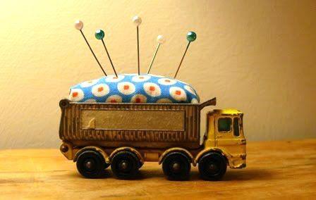 Pin cushion in a toy truck: Crafts Fair, Crafts 3, Trucks Pincushions, Toys Trucks, Alfiletero Pincushions, Vintage Trucks, Trucks Needle, Pincushions Needlebook, Dump Trucks
