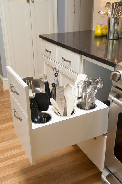 Para um visual mais clean , manter os talheres guardados e não ao lado do fogão em um recipiente.Se a cozinha é pequena pode parecer atulhado demais e consequentemente pequeno Who wouldn't love to have implements stored in a pullout like this one, in a design by Kirstin Havnaer, Hearthstone Interior Design? They are stored upright (no rummaging) and within arm's reach of the cooktop. Via Houzz