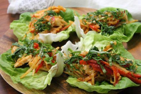 """750g vous propose la recette """"Wrap de laitue au poulet Thaï"""" accompagnée de sa version vidéo pour cuisiner en compagnie de Chef Damien et Chef Christophe."""