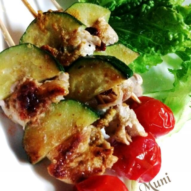昨日頂いたお野菜の中からズッキーニ♪ 豚肉とトマトと一緒に串に刺してカレースパイスと塩コショウで味付けしただけ>^_^< カレースパイスも彼女のお土産でもらったもの♪ 簡単で美味しいのよ♪ - 73件のもぐもぐ - スパイシー豚串♪ by MUNI3