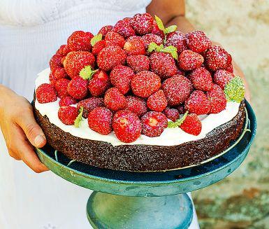 """Chokladälskare se hit, det här kan bli din favorittårta! Testa en ljuvlig kombination av svensk kladdkaka och chokladintensiv fransk chokladtårta. Björnbär i smeten ger ett extra smaklyft. Hallon går annars lika bra. <br><a href=""""http://www.ica.se/recept/kladdkaka/""""> Ännu fler kladdkakerecept för chokladälskare </a>."""