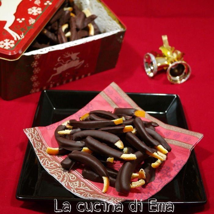 Le scorzette d'arancia candite al cioccolato sono una delle golosità più di successo di casa mia. A Natale non mancano mai è ne faccio tante anche da regalare. Si conservano bene, anche più di un mese in una scatola di latta. Ingredienti: 4 arance non trattate 200 gr di zucchero 100gr di...