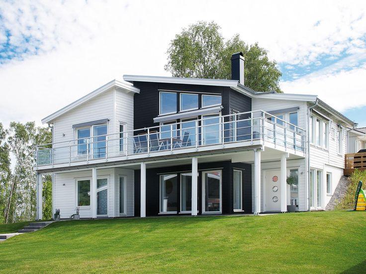 Imponerande sluttningshus som passar familjen med behov av stora sovrum och mycket sällskapsyta. Arholma är ett sluttningshus från Myresjöhus.