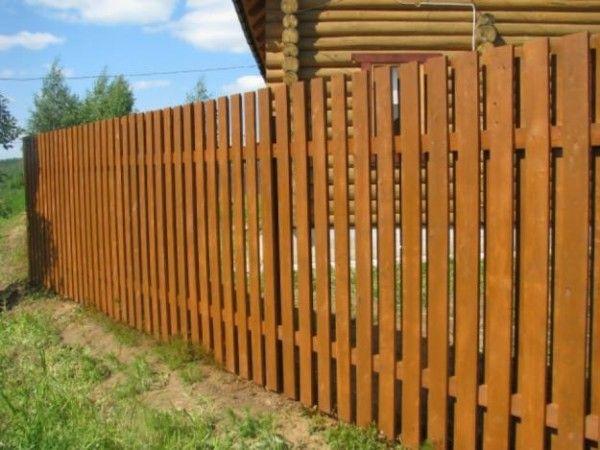 Деревянные заборы для загородного дома – это дешево и эстетично.