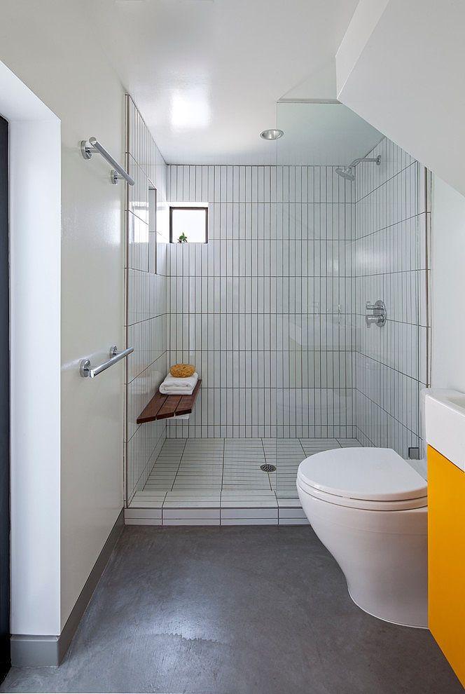 Даже в маленькой квартире нет смысла ограничивать себя в удовольствии принять душ в удобной просторной душевой. .